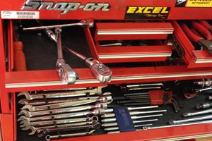 バンブラモータースでは、スクーターなどの普段乗り小型バイクから中型・大型バイクまで様々なバイクの整備・修理を受け付けています。 長年中古バイクを取り扱ってきたノウハウで、1台1台しっかり整備をして納車し、納車時に整備明細書をお渡しします。 当店だけでは難しい修理も、長年のコネクションを活かして修理していきます。 オークション代行で購入した車両、個人売買での購入車両及び他店購入車両など、どのようなバイクも整備・修理します。